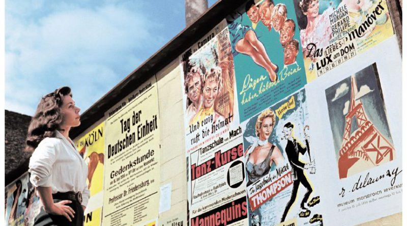 """Peter MŸller, als ãMŸllers AapÒ populŠrer Kšlner Mittelgewichtschampion, boxt gegen Janssens aus Belgien. ãLŸgen haben hŸbsche BeineÒ, im Film. ãDas LiebesmanšverÒ mit Brigitte Bardot, der freizŸgigeren franzšsischen Antwort auf Marilyn Monroe. Ein Vortrag von Professor Dr. Friedensburg zum Tag der deutschen Einheit. Tanzkurse fŸr die Freizeit. Der Maler Robert Delaunay im Museum Leverkusen Ð Events der Zeit: Plakatanschlag in Kšln. 1956 Filmplakate zu """"Lügen haben hübsche Beine"""" und """"Das Liebesmanöver"""" mit Brigitte Bardot, der freizügigeren französischen Antwort auf Marilyn Monroe. Außerdem: Ein Vortrag von Professor Dr. Friedensburg zum Tag der deutschen Einheit. Tanzkurse für die Freizeit. Der Maler Robert Delaunay im Museum Leverkusen."""